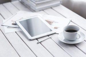 Webinar mit Kaffee und Tablet